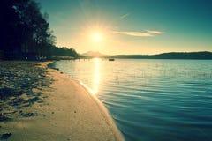 Salida del sol colorida en el muelle costero, abandonado Isla con la ciudadela en el horizonte Fotos de archivo