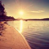 Salida del sol colorida en el muelle costero, abandonado Isla con la ciudadela en el horizonte Foto de archivo