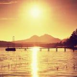 Salida del sol colorida en el muelle costero, abandonado Isla con la ciudadela en el horizonte Imagenes de archivo