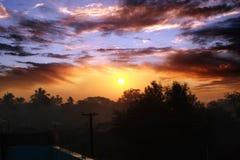 Salida del sol colorida en el pueblo foto de archivo libre de regalías
