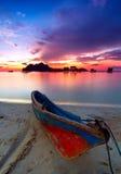 Salida del sol colorida en la isla de Maiga Fotografía de archivo