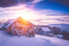 Salida del sol colorida del invierno en las montañas Mañana fantástica que brilla intensamente por luz del sol Vista del bosque n Foto de archivo