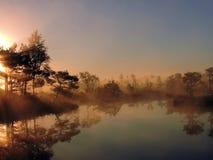Salida del sol colorida, Lituania Foto de archivo