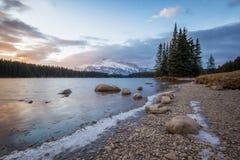 Salida del sol colorida maravillosa sobre el lago de la montaña de la mañana con la pequeña isla y la alta parte posterior del pi Imágenes de archivo libres de regalías