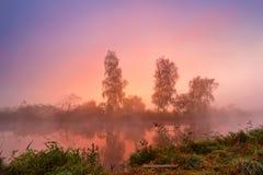 Salida del sol colorida del otoño en el río tranquilo de niebla Otoño MES brumoso Foto de archivo
