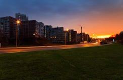 Salida del sol colorida sobre ciudad Fotos de archivo
