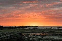 Salida del sol colorida sobre el mar Fotografía de archivo