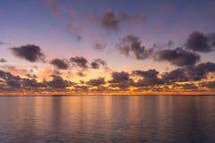 Salida del sol colorida sobre el océano tropical Imágenes de archivo libres de regalías