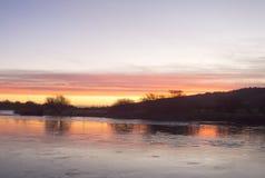 Salida del sol colorida sobre el río ancho Imágenes de archivo libres de regalías