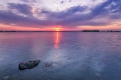 Salida del sol colorida sobre un lago colorado en el condado de Larimer Foto de archivo libre de regalías
