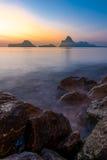 Salida del sol con Ao Prachuap y las montañas Cubierta del primero plano con las rocas Foto de archivo libre de regalías