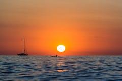 Salida del sol con el barco y el kajak Imágenes de archivo libres de regalías