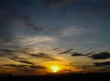 Salida del sol con el cielo hermoso en el crepúsculo imagen de archivo libre de regalías