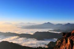Salida del sol con el mar de nubes Imagen de archivo