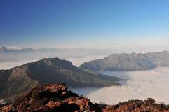 Salida del sol con el mar de nubes Imagenes de archivo
