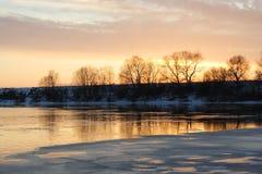 Salida del sol con el río del invierno Fotos de archivo libres de regalías