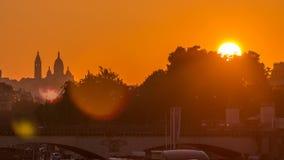 Salida del sol con la basílica Sacre Coeur y el timelapse de río Sena, París, Francia metrajes