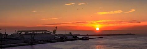 Salida del sol con la fábrica en el puerto, Sfax Foto de archivo