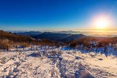 Salida del sol con la llamarada hermosa de la lente en las montañas de Deogyusan en wint fotografía de archivo libre de regalías