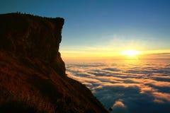 Salida del sol con la nube asombrosa y pico en Tailandia imagenes de archivo