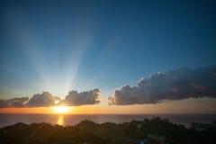 Salida del sol con la nube colorida Imagen de archivo
