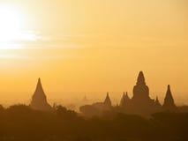 Salida del sol con la opinión de las pagodas de Bagan Foto de archivo libre de regalías