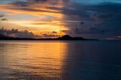 Salida del sol con la parte positiva con el lado oscuro en la isla de Samui Imagen de archivo libre de regalías