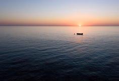 Salida del sol con la reflexión de la luz en el agua Imagen de archivo