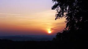 Salida del sol con la silueta del árbol, paisaje checo almacen de video