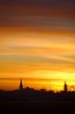 Salida del sol con la silueta de la iglesia imagenes de archivo