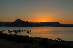 Salida del sol con las montañas en el fondo Fotografía de archivo