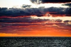 Salida del sol con las nubes dramáticas oscuras en Miami Beach Foto de archivo