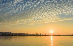 Salida del sol con las nubes en el puerto Fotos de archivo libres de regalías