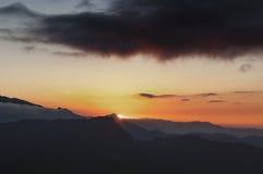 Salida del sol con las nubes oscuras, visión desde el punto de opinión de Lungthang, Sikkim fotos de archivo