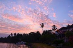 Salida del sol con las nubes rosadas Fotos de archivo libres de regalías