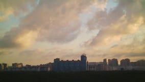 Salida del sol con las nubes sobre ciudad grande metrajes
