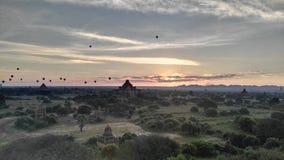 Salida del sol con los balones de aire foto de archivo