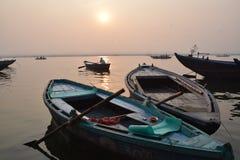 Salida del sol con los barcos en el río Ganga en Varanasi, Uttar Pradesh, la India Foto de archivo