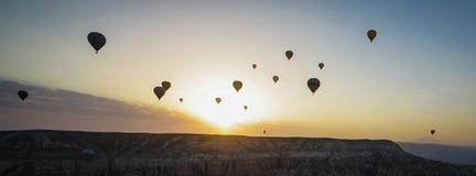 Salida del sol con los globos del aire caliente Fotografía de archivo
