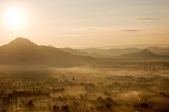 Salida del sol con niebla Fotografía de archivo