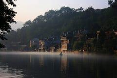 Salida del sol con niebla en ciudad de China Imagenes de archivo