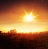 Salida del sol con niebla sobre campo Foto de archivo