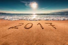 Salida del sol Concepto 2017 de la Feliz Año Nuevo, poniendo letras en la playa Imágenes de archivo libres de regalías