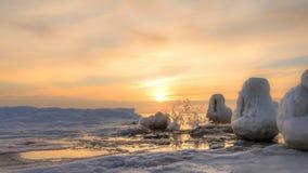 Salida del sol congelada del embarcadero y del hielo del océano Fotografía de archivo