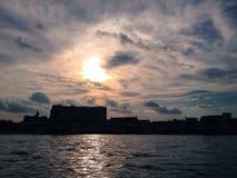 Salida del sol contra la opinión del río Imágenes de archivo libres de regalías