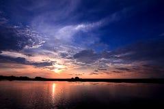 Salida del sol crepuscular de la puesta del sol de la belleza del cielo Fotografía de archivo