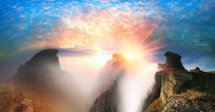 Salida del sol crimea del amanecer de las rocas imagenes de archivo
