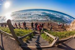 Salida del sol curvada horizonte de la resaca del mar de los pescadores Foto de archivo