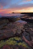 Salida del sol de Bass Point con el embarcadero del cargador de la grava en distancia Foto de archivo
