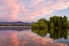 Salida del sol de Colorado en el lago Boedecker en Loveland Fotos de archivo